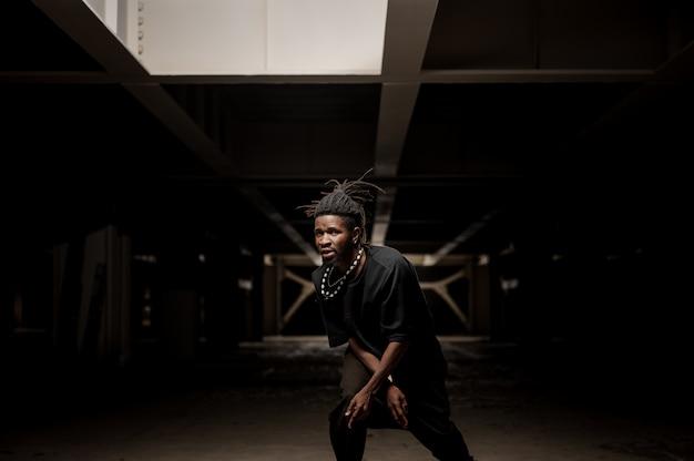 Uomo afroamericano ballante in vestiti neri Foto Premium