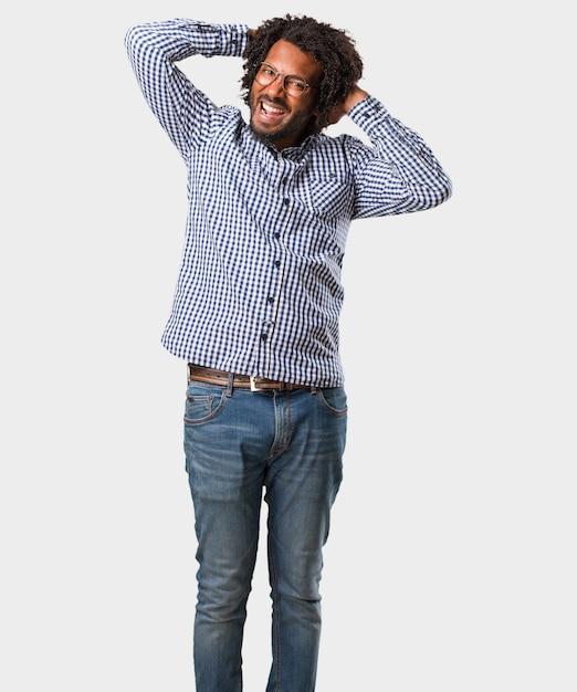 Uomo afroamericano bello di affari pazzo e disperato, gridante senza controllo Foto Premium