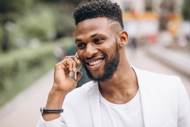 Uomo afroamericano che per mezzo del telefono Foto Gratuite