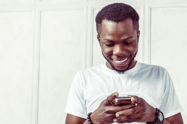 Uomo afroamericano con samrtphone Foto Premium