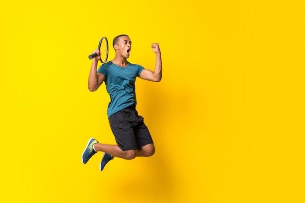 Uomo afroamericano del tennis Foto Premium