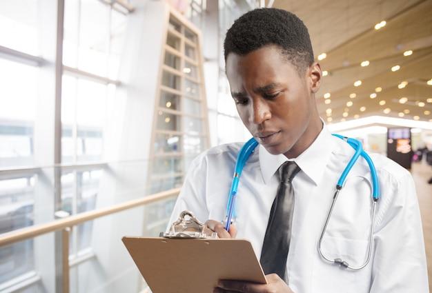 Uomo afroamericano medico Foto Premium