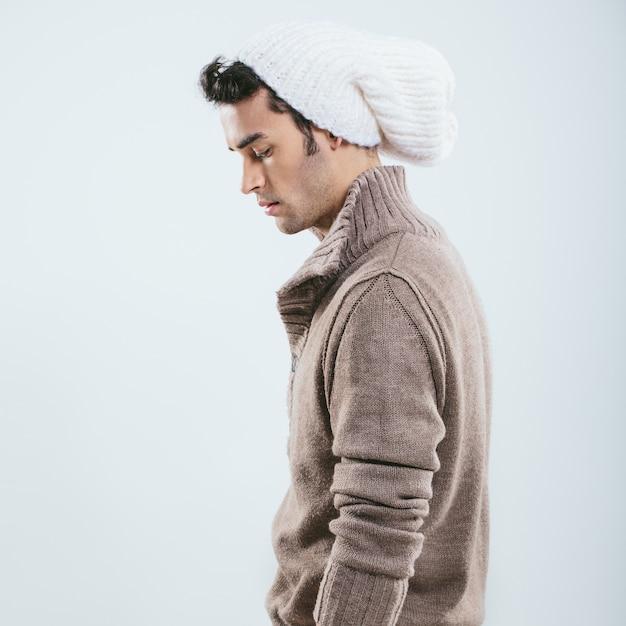 Uomo alla moda in abiti invernali a maglia Foto Gratuite