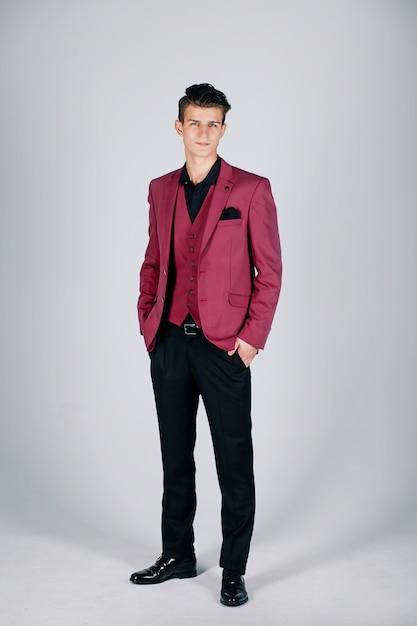 Uomo alla moda in una giacca cremisi su uno sfondo chiaro Foto Premium