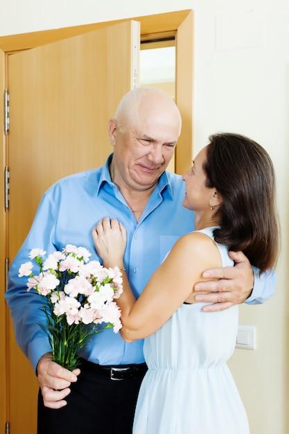 Uomo anziano che d mazzo di fiori alla donna scaricare for Progetta il mio mazzo