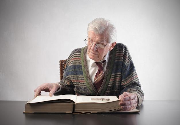 Uomo anziano che legge un kodex Foto Premium