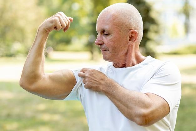 Uomo anziano che si strappa i muscoli Foto Gratuite