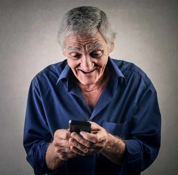 Uomo anziano e tecnologia Foto Premium