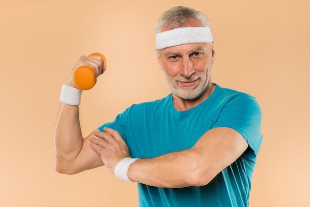 Uomo anziano moderno allenamento con manubri Foto Gratuite