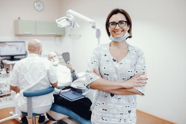 Uomo anziano seduto in una stanza di odontoiatria Foto Gratuite