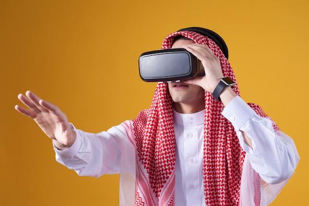 Uomo arabo che posa nella realtà virtuale isolata. Foto Premium