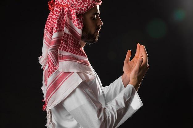 Uomo arabo con il colpo medio di kandora Foto Gratuite