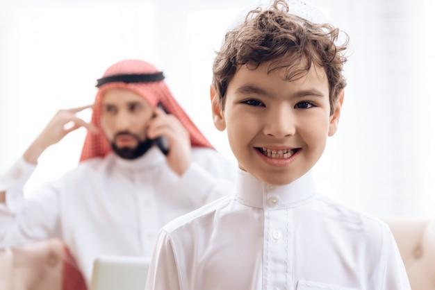 Uomo arabo vago che parla sul telefono Foto Premium