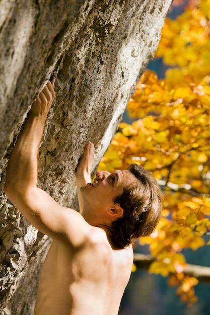 Uomo arrampicata su roccia Foto Premium