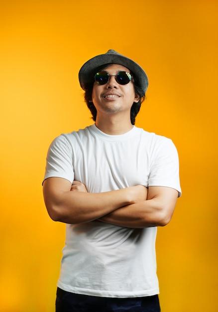 eccezionale gamma di stili costruzione razionale molte scelte di Uomo asiatico che osserva in su con gli occhiali da sole ...