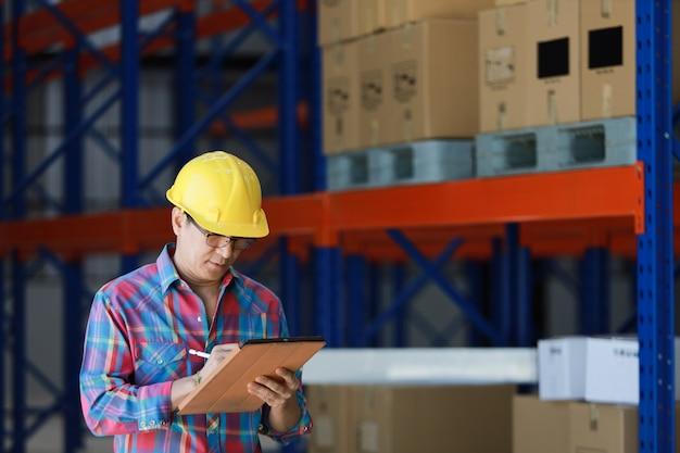 Uomo asiatico dell'ingegnere che lavora nella fabbrica della costruzione Foto Premium
