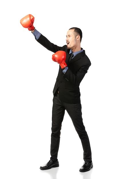 Uomo asiatico di affari pronto a combattere con i guantoni da pugile. Foto Premium