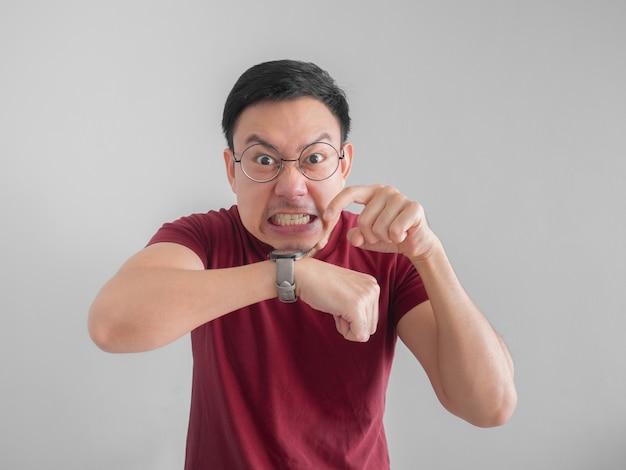 Uomo asiatico frustrato e arrabbiato che in attesa di un amico che in ritardo per un appuntamento. Foto Premium