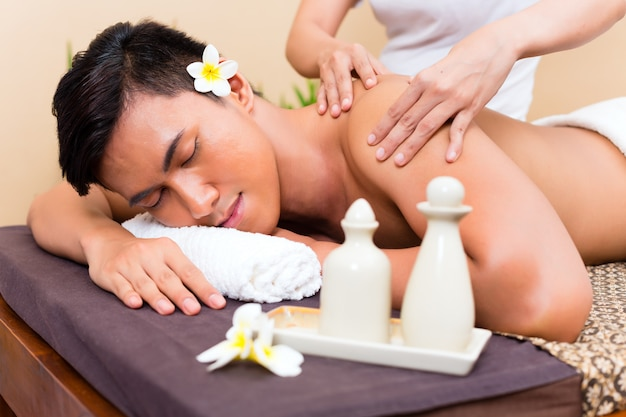 Uomo asiatico indonesiano al massaggio benessere Foto Premium