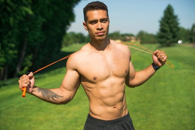 Uomo atletico che pratica sport all'aperto Foto Gratuite