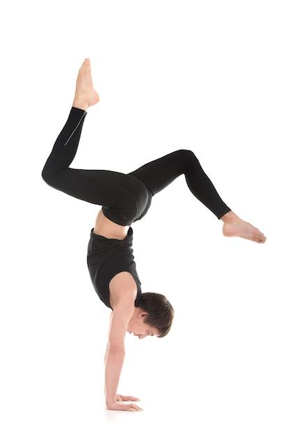 Uomo attivo praticare lo yoga avanzato Foto Gratuite