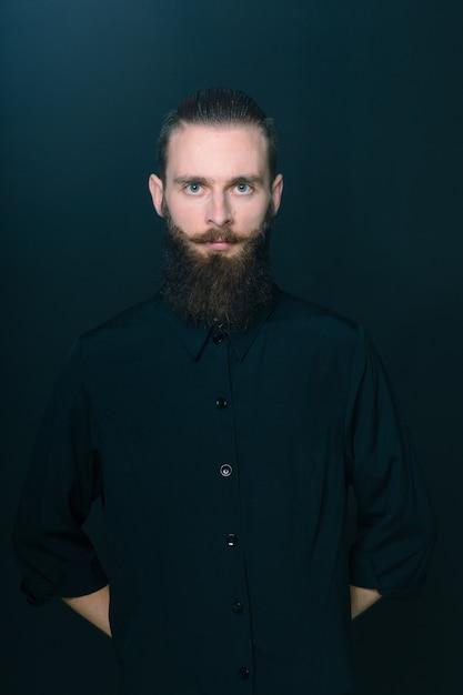 Uomo barbuto stile hipster Foto Gratuite