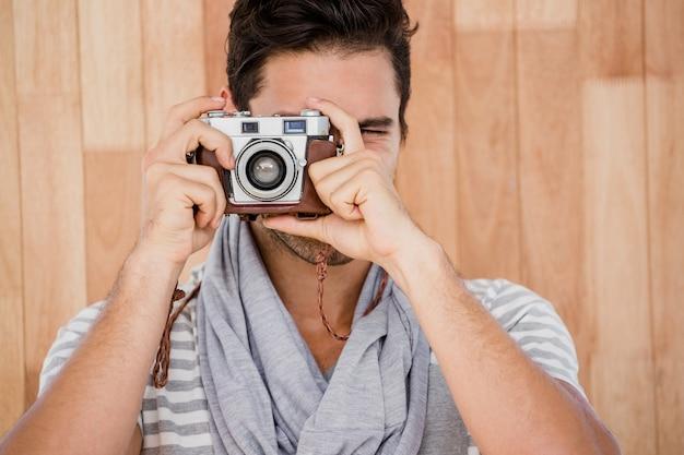 Uomo bello che cattura una fotografia Foto Premium