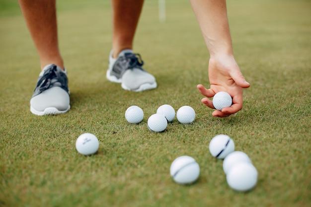 Uomo bello che gioca a golf su un campo da golf Foto Gratuite