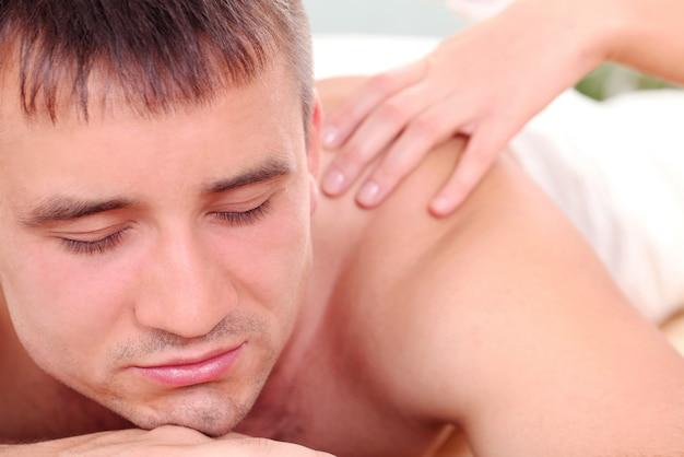 Uomo bello che gode della procedura di massaggio Foto Gratuite