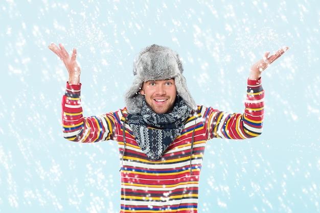 Uomo bello che incoraggia alla neve Foto Gratuite