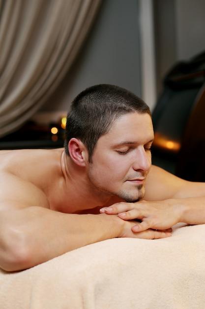 Uomo bello che si distende in una spa Foto Gratuite
