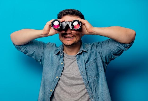 Uomo bello con il binocolo Foto Premium
