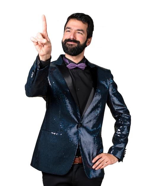 Uomo bello con la giacca di sequin che tocca sullo schermo trasparente Foto Gratuite