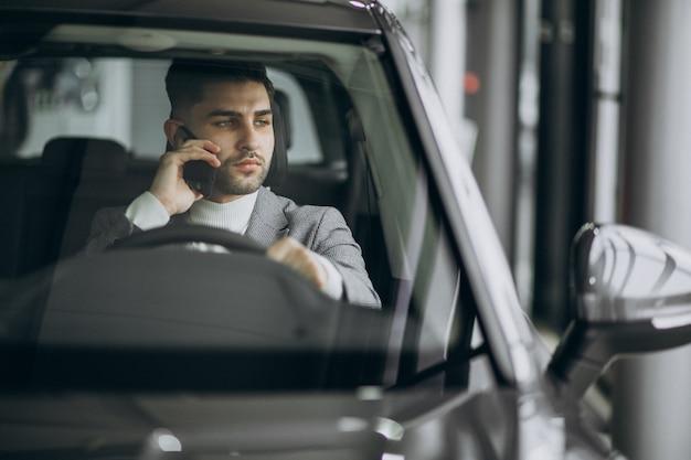 Uomo bello di affari che guida in automobile Foto Gratuite