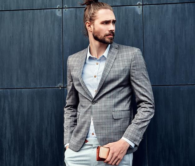 Uomo bello in abito a scacchi grigio Foto Gratuite