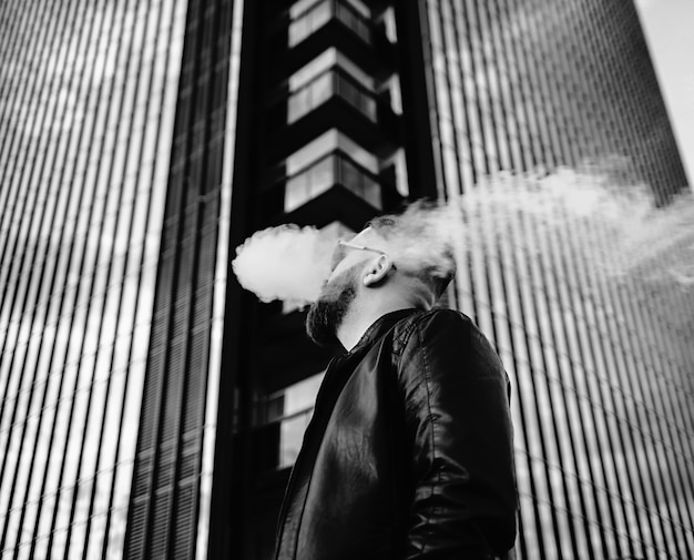 Uomo bello vaping sigaretta elettronica Foto Premium