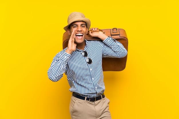 Uomo castana che tiene una cartella d'annata che grida con la bocca spalancata Foto Premium