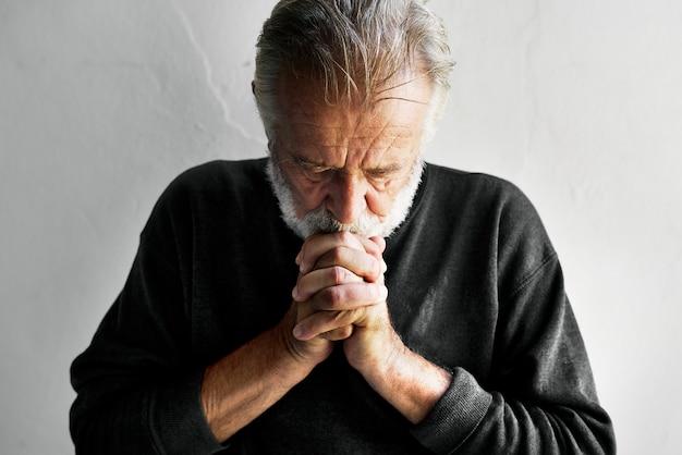 Uomo caucasico anziano con le dita collegate Foto Premium