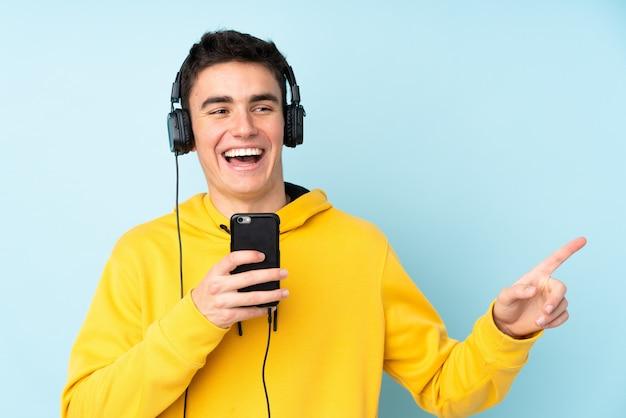Uomo caucasico dell'adolescente isolato sulla porpora Foto Premium