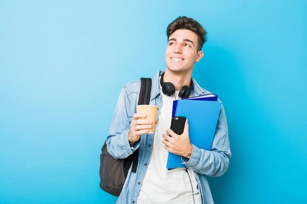 Uomo caucasico dell'adolescente pronto ad andare a scuola Foto Premium