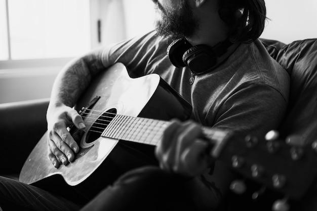 Uomo caucasico in un concetto di processo musicale di songwriting Foto Gratuite