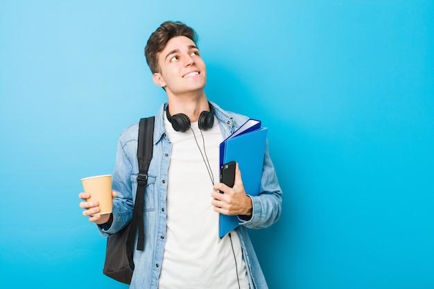 Uomo caucasico pronto per andare a scuola Foto Premium