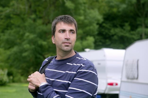 Uomo caucasico rilassato sul prato da campeggio Foto Premium