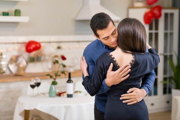 Uomo che abbraccia la moglie con spazio di copia Foto Gratuite
