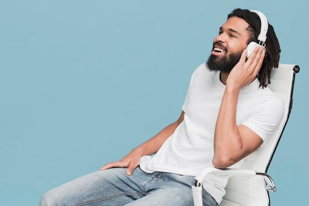 Uomo che ascolta la musica Foto Gratuite