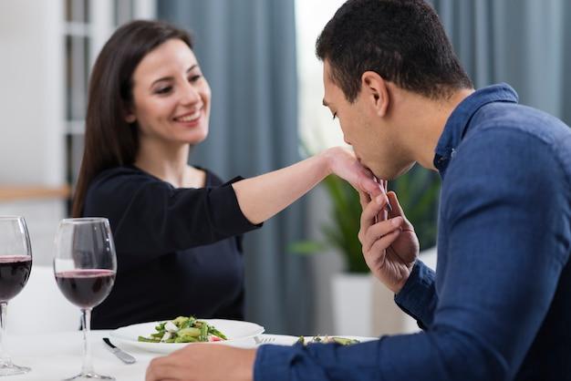 Uomo che bacia la mano della sua ragazza Foto Gratuite