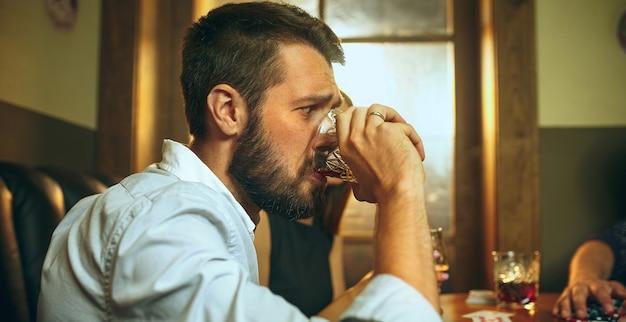 Uomo che beve alcolici Foto Gratuite