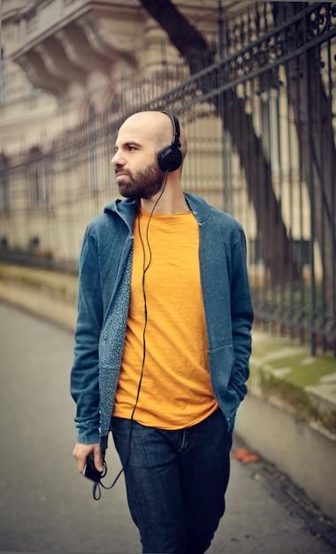 Uomo che cammina con le cuffie Foto Premium