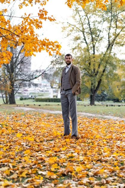 Uomo che cammina nel parco in autunno Foto Gratuite