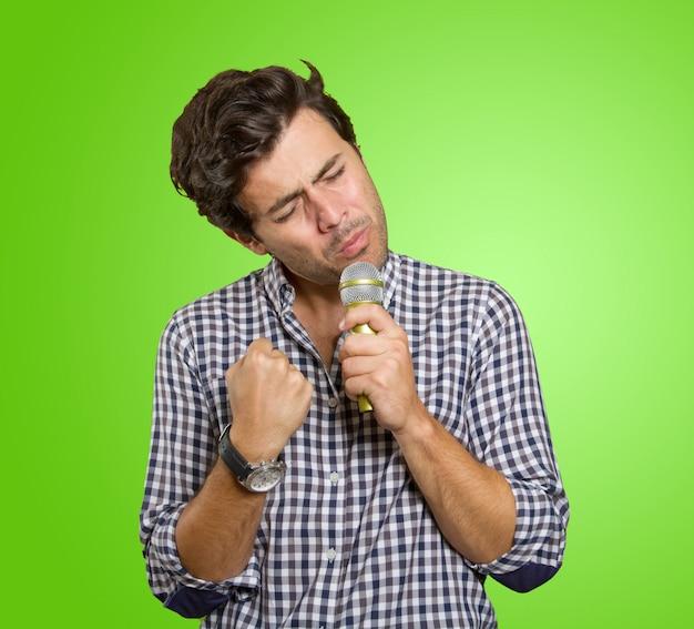 Uomo che canta in karaoke Foto Premium